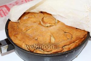 Снова смачиваем пергамент, накрываем пирог и ставим ещё выпекаться около 1 часа. Готовность можно проверить, сняв «пупочек» и проверив на готовность мясо и картофель.