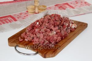 Мясо нарезать на небольшие кубики.