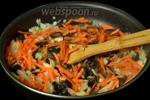 Пока тушится капуста, приготовим отдельно грибы, сначала их нужно отварить в течение 10 минут. Бульон процеживаем, он нам ещё пригодится, а грибы обжариваем вместе с луком и морковкой.