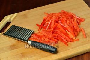 Сладкий перец нарезаем тонкими полосками. Я использовала нож для фигурной нарезки.
