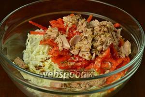 В миске смешиваем капусту, тунец, с которого предварительно сливаем жидкость, и перец, по желанию подсаливаем. Заправляем салат соусом.