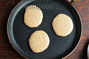 Жарить на раскалённой, и слегка смазанной маслом, сковороде по 1-2 минуты с каждой стороны. Как только появились пузыри, перевернуть и смазать сливочным маслом каждый оладушек.