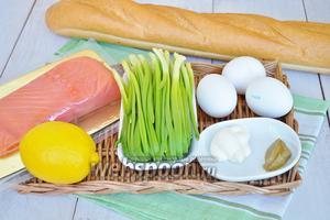 Приготовим французский багет, яйца, майонез, горчицу, зелёный лук, лосось слабосолёный, горчица медовая с горчичными семенами собственного приготовления, немного лимонного сока.