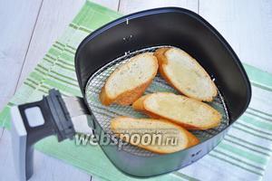 Хлеб можно обжарить в тостере, а я это сделаю в мультипечи, предварительно немного смазав ломтики оливковым маслом.
