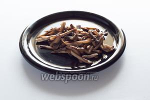 Грибы слегка обжариваем в небольшом количестве растительного масла. Несколько особенно палкоподобных кусочков откладываем для декора.