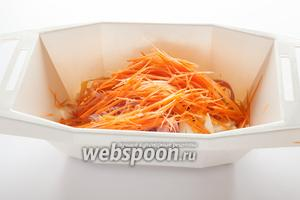 Трём длинной и узкой соломкой сырую морковку (особенно красиво получается на тёрке для корейской моркови). Несколько соломок оставляем для декора.