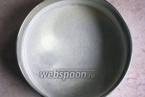 Готовим форму для выпечки. Натираем сливочным маслом и присыпаем манной крупой.