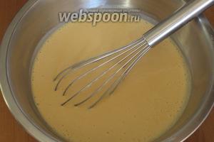 Влить яблочный сок, добавить соду, растительное масло и ещё раз хорошо перемешать. Оставить тесто на 30 минут.