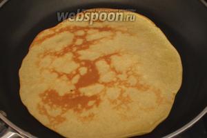 Сковороду смазать растительным маслом, хорошо разогреть и испечь тонкие блинчики.