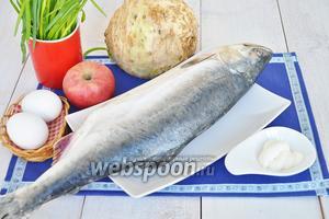 Приготовим рыбу, если рыба замороженная, как у меня, то её необходимо разморозить. Ещё понадобятся яйца, яблоко, лук зелёный, корень сельдерея, майонез, соль, перец, соусы устричный и соевый по желанию. Можно использовать немного лимонного сока, чтобы избежать потемнения яблока и дольки лимона для оформления.