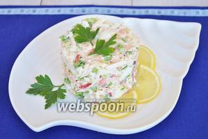 Добавим заправку в салат, попробуем и, если необходимо, то добавим соль и немного перца. Оформим салат с помощью кулинарного кольца и украсим лимоном и зеленью. Подавать немедленно.