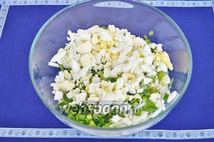 Яйца отварить и нарезать, добавить в миску к овощам.