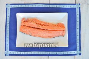 Если у вас рыба замороженная, то разморозте её и почистите. Ножом для филе срежте боковую часть отделив её от костей. Филе готово.