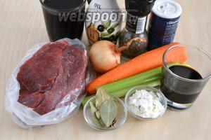 Подготовьте необходимые ингредиенты: мякоть телятины (у меня лопатка), лук, морковь, сельдерей, масло, вино, соевый соус, лавровый лист, перец и кориандр. Я всегда использую в данном блюде крепкий соевый соус (Киккоман), поэтому соли не добавляю совсем, но, если у вас соус другой марки, возможно понадобится добавить и немного соли. Лучше всего использовать полусладкое вино, но если у вас сухое или полусухое, добавьте также 1-1,5 ст. л. сахара.