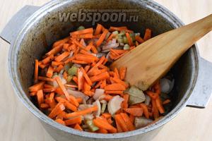 Нарежьте сельдерей кусочками, морковь ломтиками, лук — полукольцами. Добавьте овощи к мясу, добавьте растёртые зёрна кориандра, лавовый лист и поперчите.