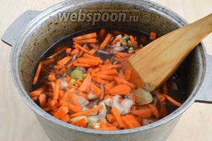 Влейте в казан соевый соус и вино. Указанное количество жидкости идеально для небольшого казанка на 3-3,5 литра. Если у вас большая посуда, можно добавить ещё немного бульона, жидкость должна лишь покрывать мясо. Отправьте казан на огонь, доведите до кипения и тушите на небольшом огне от 1 до 2 часов, в зависимости от используемого мяса.
