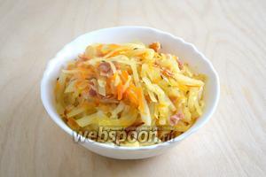 Капуста готова, подавайте её горячей в качестве гарнира к колбаскам, свинине или жирной птице!