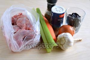 Подготовьте необходимые ингредиенты: кусочки кролика, подготовленные к кулинарной обработке, морковь, лук, сельдерей, чернослив, соль, перец, лавровый лист, чеснок.
