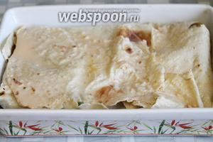 Пирог закрыть краями лаваша, снова хорошо промочить смесью. Поставить в нагретую до 170°С духовку минут на 25.