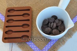 Для декора приготовлю шоколадные ложки. Шоколад растопим на паровой бане.