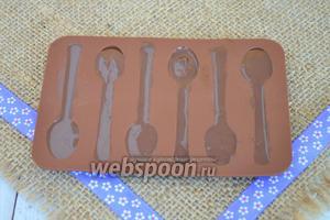 Зальём шоколад в специальный молд для шоколада и поставим в холод до застывания.