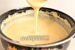 Тесто готово. Если чувствуете, что тесто вдруг густовато, то добавьте чуточку молока. Даём тесту постоять 15 минут и начинаем печь блины.