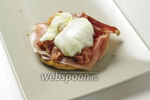 Отварите яйца пашот, выложите на маффин и подавайте горячим, с соусом и гарниром по вкусу!