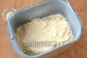 Всыпать в контейнер соль и сахар, просеять сверху оба вида муки.