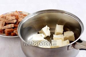 Сливочное масло нарезать кубиками и сложить в удобную ёмкость, чтобы затем растопить его.
