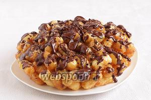 Вытащить полученный тортик из формы и полить  растопленным шоколадом. Можно посыпать кокосовой стружкой, посыпкой, кому что нравится.