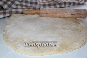 Раскатать в пласт размером больше формы в которой вы будите выпекать пирог.