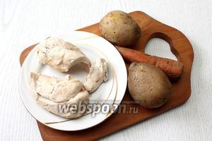 Отвариваем до готовности морковь с картофелем и мясо курицы. Даём остыть.