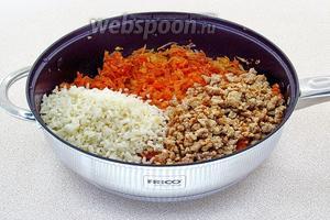 Мясо и рис добавить к тушёным овощам.