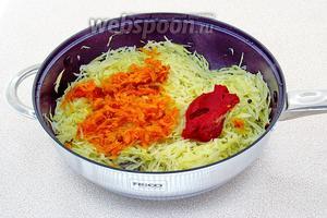 Тушить капусту под крышкой в течение 30 минут, а затем добавить к ней обжаренные овощи и томат-пюре.