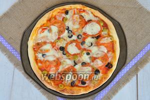 Подавайте пиццу горячей с оливковым маслом.