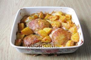 Курица в пивном маринаде с картофелем готова.