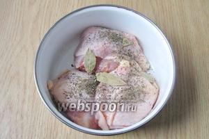 Курицу солим, перчим, приправляем сухим базиликом и лавровым листом.