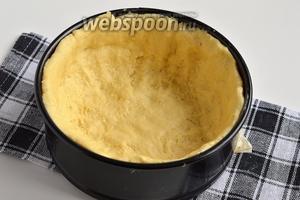 Выложить тесто в смазанную форму диаметром 20 см, сформировав бортики.