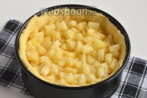 В тестяную чашу выложить кусочки ананаса без сиропа.