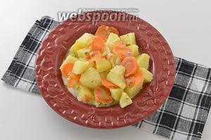 Картофель, тушёный в молоке готов.