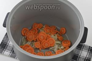Добавить тонко нарезанную очищенную морковь.