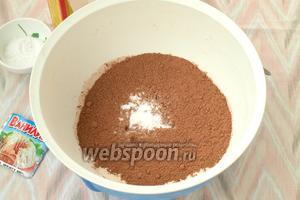 В отдельной миске смешать сухие ингредиенты: муку, какао, соль, соду и ванилин.