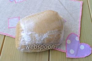 Тесто завернуть в плёнку и оставить в холодильнике на ночь. Такое тесто может лежать в холоде несколько суток, без ущерба для качества изделия.