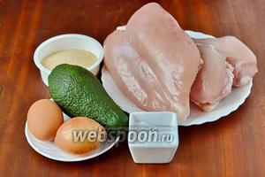 Для приготовления зраз нам понадобится 1 кг куриных грудок для фарша, авокадо, луковица, панировочные сухари, крахмал, яйцо, мука для панировки и подсолнечное масло для жарки, соль и перец.