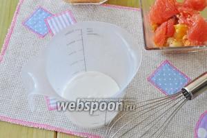 Растительные сливки перелить в охлаждённую посуду и взбивать венчиком.