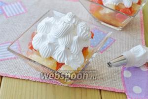Используя кондитерский конверт нанесите сливки на десерт.
