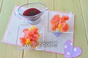 Сверху положить кусочки грейпфрута и налить ягодный сироп по вкусу.