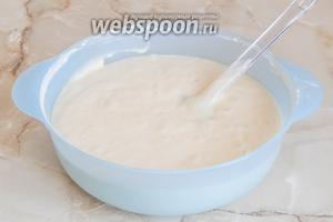 Готовое тесто получается чуть жидковатым и не таким прям воздушным и невесомым, как для классического бисквита. Немудрено: у нас там вода и масло.