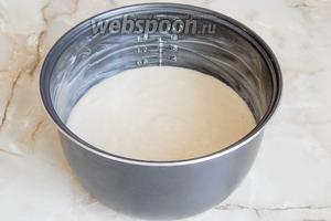 Теперь щедро смазываем чашу маслом (можете растительным, но я люблю мягким сливочным - оно не стекает на дно). Выливаем тесто.
