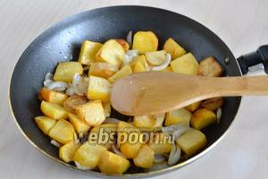 Обжаривайте до готовности. Подавайте в горячем виде в качестве гарнира или самостоятельного овощного блюда с маринованными овощами и соусом из сметаны и зелени.
